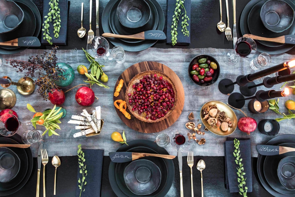 athena_calderone_harpers_baazar_holiday_tabletop_cranberry_tart_chalkboard_diy_eyeswoon_chloe_crespi_photography-12_0